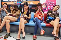 Singapour, passagers du metro // Singapore, metro passengers