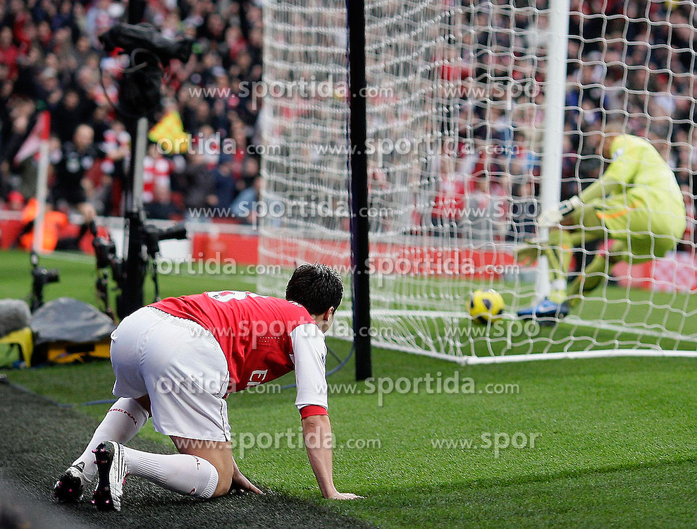 20.11.2010, White Hart lane, London, ENG, PL, FC Arsenal vs Tottenham Hotspur, im Bild Arsenal's Andrei Arshavin scores the first Goal  during  Arsenal vs Tottenham for the EPL at Emirates Stadium    in London on 19/11/2009. EXPA Pictures © 2010, PhotoCredit: EXPA/ IPS/ Marcello Pozzetti +++++ ATTENTION - OUT OF ENGLAND/UK +++++