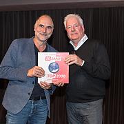 NLD/Hilversum/20191112 - Boekpresentatie Top 2000, Leo Blokhuis overhandigd het eerste exemplaar aan Kees Toering