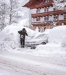 THEMENBILD - ein Tourist befreit sein Fahrzeug vom Schnee auf einem Parkplatz, aufgenommen am 09. Jaenner 2019 in Saalbach, Oesterreich // a tourist clear his vehicle from snow in a parking lot, Saalbach, Austria on 2019/01/09. EXPA Pictures © 2019, PhotoCredit: EXPA/ JFK