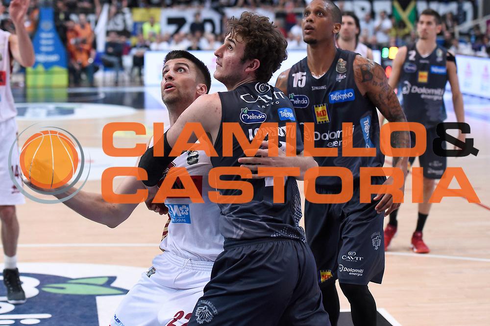 Jeff Viggiano, Isacco Lovisotto<br /> Dolomiti Energia Aquila Basket Trento - Umana Reyer Venezia<br /> Lega Basket Serie A 2016/2017<br /> Playoff, finale gara 3<br /> Trento, 14/06/2017<br /> Foto M.Ceretti / Ciamillo-Castoria