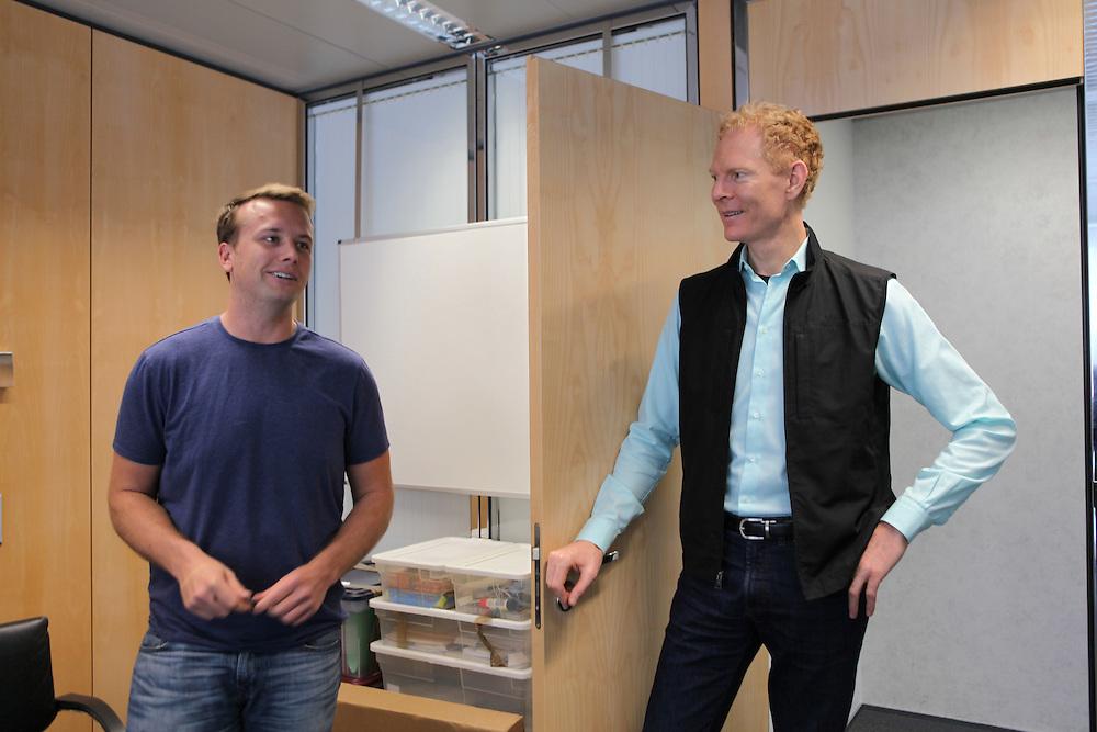Monetas CEO Johann Gevers chatting with Graham Tonkin, head of business development / Johann Gevers, CEO de Monetas, discute avec Graham Tonkin, responsable du développement.