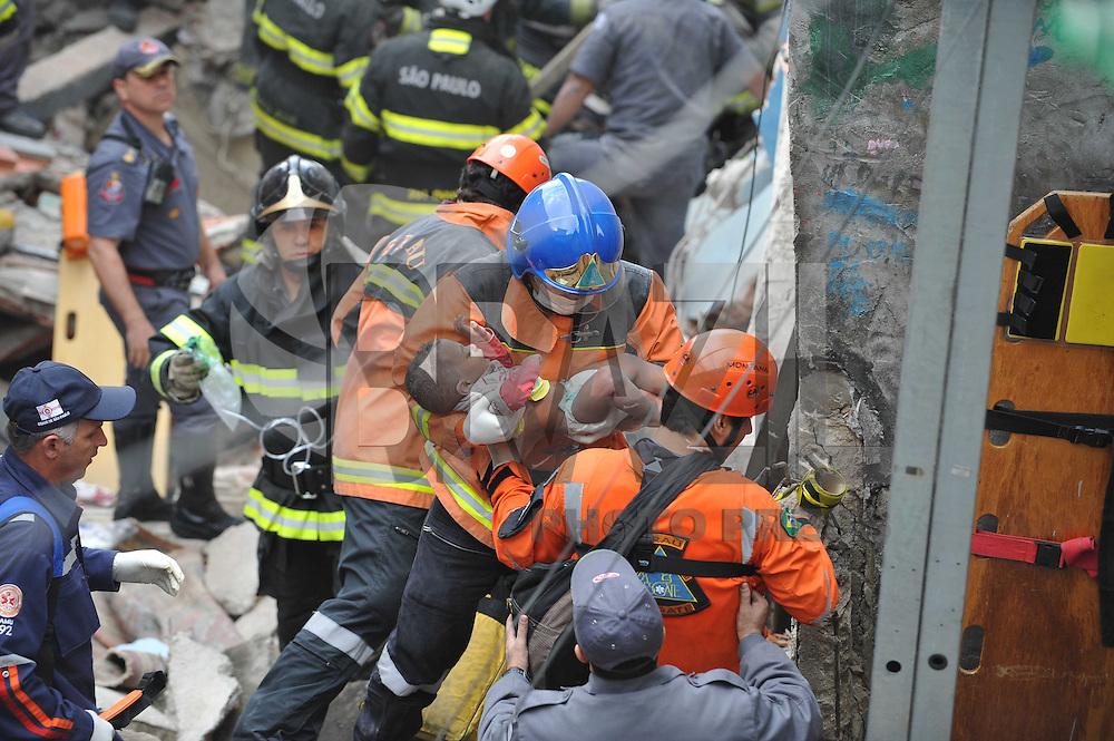 SAO PAULO, SP, 19.08.2013 -Bombeiros retira crianca da casa qie explodiu naRua Tabatinga Vila Brasilandia Zona Norte de Sao PauloFoto: Adriano Lima / Brazil Photo Press