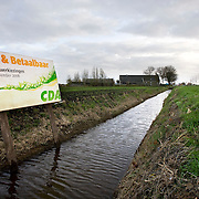 Nederland Zevenhuizen 16 november 2008 20081116 Foto: David Rozing Verkiezingsbord CDA bij watergang voor Waterschapsverkiezingen in het laagste gebied van Nederland, bijna 7 meter onder NAP. Op de achtergrond polder landschap. ..Foto: David Rozing