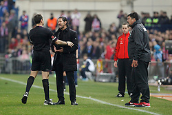 11.01.2014, Estadio Vicente Calderon, Madrid, ESP, Primera Division, Atletico Madrid vs FC Barcelona, 19. Runde, im Bild Atletico de Madrid´s coach Diego Simeone (c) talks to the referee Mateu Lahoz // Atletico de Madrid´s coach Diego Simeone (c) talks to the referee Mateu Lahoz during the Spanish Primera Division 19th round match between Club Atletico de Madrid and Barcelona FC at the Estadio Vicente Calderon in Madrid, Spain on 2014/01/11. EXPA Pictures © 2014, PhotoCredit: EXPA/ Alterphotos/ Victor Blanco<br /> <br /> *****ATTENTION - OUT of ESP, SUI*****