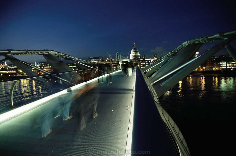 London Millennium Pedestrian Bridge over the River Thames, links Bankside with the City. At night.  London, England.