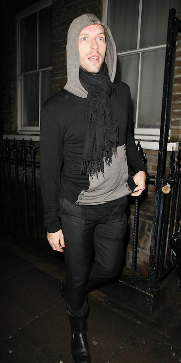 22.JANUARY.2010             LONDON<br /> <br /> COLD PLAY'S CHRIS MARTIN ATTENDS THE HOSPITAL CLUB IN COVENT GARDEN LONDON AFTER PARTICIPATING IN THE HELP FOR HAITI CAUSE. CELEBS ALL OVER WORLD PERFORM TO RAISE MONEY FOR THE LATEST DISASTER TO SHOCK THE WORLD IN HAITI IN THE CARIBBEAN.<br /> <br /> BYLINE MUST READ : EDBIMAGEARCHIVE.COM<br /> <br /> *THIS IMAGE IS STRICTLY FOR UK NEWSPAPERS AND MAGAZINES ONLY FOR WORLD WIDE SALES AND WEB USE PLEASE CONTACT EDBIMAGEARCHIVE - 0208 954 5968