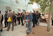 Duitsland, Hannover expo 2000, mei 2000.Bezoekers bij het Duitse paviljoen terwijl een bouwvakker met de laatste afwerking bezig is.Foto: Flip Franssen/Hollandse Hoogte