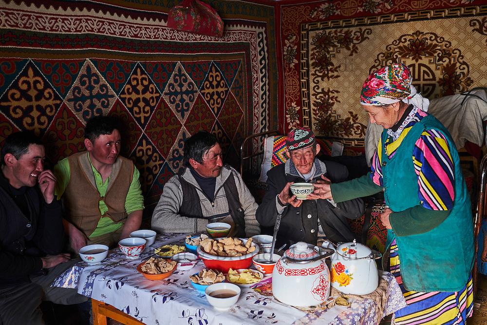 Mongolie, région de Bayan-Ulgii, transhumance d'hiver chez les nomades Kazakhes, Teleihan Hussein, 60 ans retrouve sa femme // Mongolia, Bayan-Ulgii province, winter transhumance of the Kazakh nomads, Teleihan Hussein, 60 old and his wife