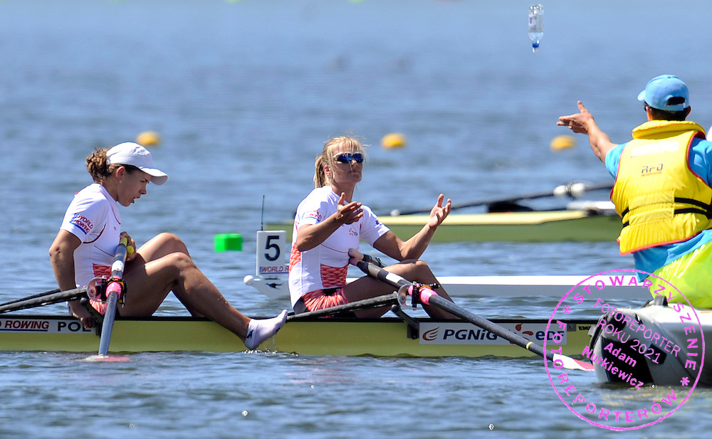 (BOW) MAGDALENA FULARCZYK & (STROKE) JULIA MICHALSKA (BOTH POLAND) GET BOTTLE OF WATER AFTER WOMEN'S DOUBLE SCULLS FINAL A DURING REGATTA WORLD ROWING CHAMPIONSHIPS ON KARAPIRO LAKE IN NEW ZEALAND...NEW ZEALAND , KARAPIRO , NOVEMBER 07, 2010..( PHOTO BY ADAM NURKIEWICZ / MEDIASPORT )..PICTURE ALSO AVAIBLE IN RAW OR TIFF FORMAT ON SPECIAL REQUEST.