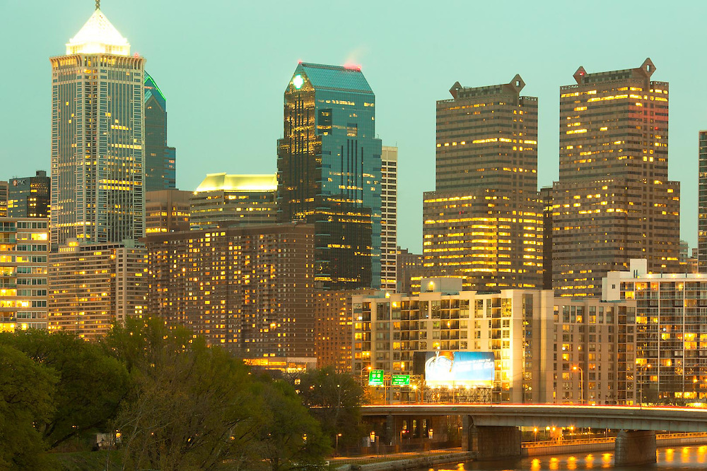 Bridge over Schuylkill River and downtown city skyline, Philadelphia, Pennsylvania, USA