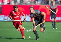 ANTWERPEN - Billy Bakker (Ned) met Marc Salles (Esp)   tijdens  halve finale  mannen, Nederland-Spanje (3-4) ,  bij het Europees kampioenschap hockey.  COPYRIGHT KOEN SUYK
