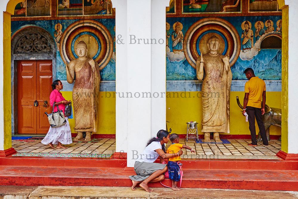 Sri Lanka, province du Centre-Nord, site d'Anuradhapura classé Patrimoine Mondial de l'UNESCO, capitale du Sri Lanka au IIIe siècle avant JC, Dagoba  de Ruvanvelisaya, statue de Bouddha, pelerins bouddhiste //  Sri Lanka, North Central Province, Anuradhapura, historic capital of Sri Lanka, UNESCO World Heritage Site, Ruvanvelisaya dagoba, Buddha statue, buddhist pilgrim