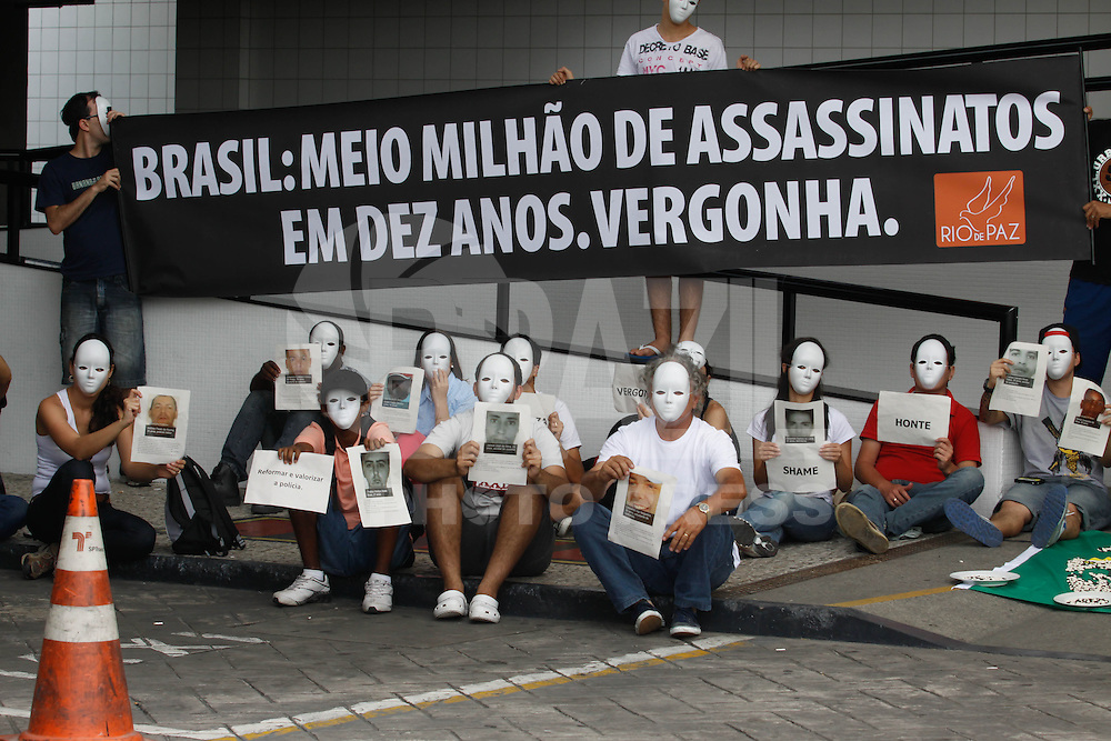 SAO PAULO, SP, 01 DEZEMBRO  2012 - SORTEIO COPA DAS CONFEDERACOES  - Manifestantes do Grupo Rio de Paz realiza protesto contra as vitimas da violencia no Brasil em frente ao local do sorteio dos grupos da Copa das Confederacoes  2013 neste sabado no Parque Anhembi regiao norte da capital paulista. FOTo: WILLIAM VOLCOV - BRAZIL PHOTO PRESS.