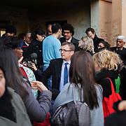 Olivier Klein, maire de Clichy-SousBois en discussion avec des habitants de la copropriété du Chêne Pointu, lors d'une visite des quartiers de la ville  - Clichy-Sous-Bois, mars 2012
