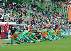 26.09.2015, Weserstadion, Bremen, GER, 1. FBL, SV Werder Bremen vs Bayer 04 Leverkusen, 7. Runde, im Bild Die Mannschaft des SV Werder Bremen macht Dehnuebungen am Spielfeldrand vor Spielbeginn // during the German Bundesliga 7th round match between SV Werder Bremen and Bayer 04 Leverkusen at the Weserstadion in Bremen, Germany on 2015/09/26. EXPA Pictures © 2015, PhotoCredit: EXPA/ Eibner-Pressefoto/ Schmidbauer<br /> <br /> *****ATTENTION - OUT of GER*****