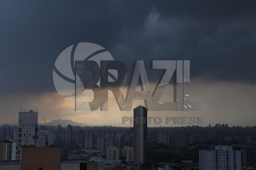 SAO PAULO, SP, 03-02-2015, NUVENS CARREGADAS.  Nuvens carregadas sobre a capital paulistra nessa terça feira (3), na foto a zona norte.        Luiz Guarnieri/ Brazil Photo Press.