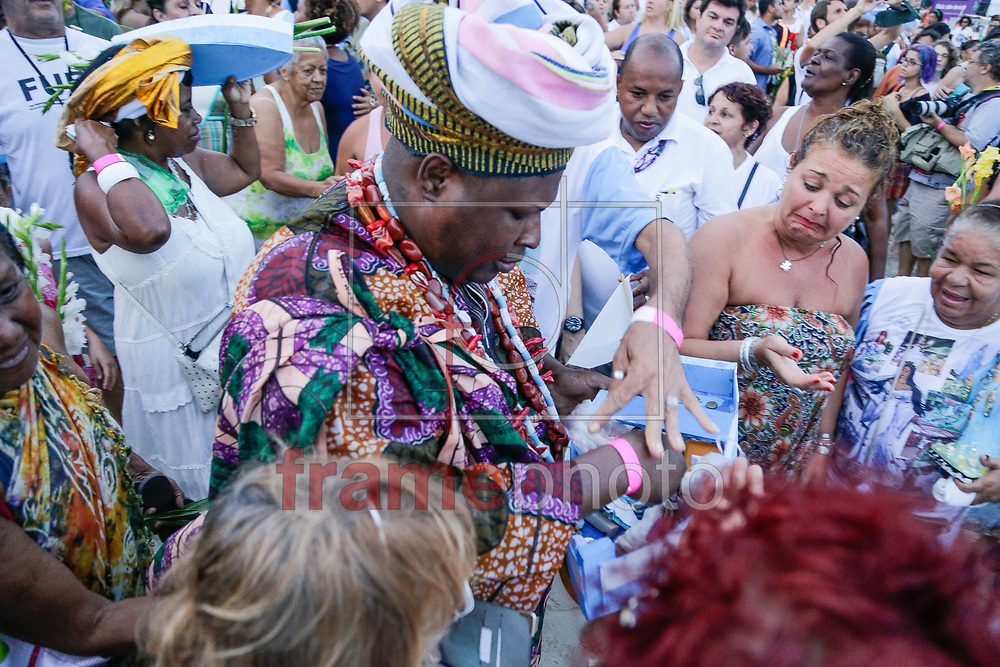 evotos prestam homenagem a Iemanja em uma das maiores manifestações religiosas no período do final do ano, na praia de Copacabana, zona sul da cidade, após carreata vinda do bairro de Madureira, nesta segunda-feira (29/12). Foto: Rudy Trindade/Frame