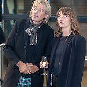 NLD/Hilversum/20181003 - Onthulling Mies Bouwman Totempaal, Matthijs van Nieuwkerk in gesprek met Robin de Puy