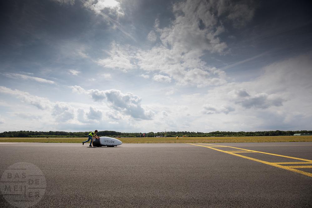 Het team traint tijdens het trainingsweekend op vliegbasis Woensdrecht. In september wil het Human Power Team Delft en Amsterdam, dat bestaat uit studenten van de TU Delft en de VU Amsterdam, tijdens de World Human Powered Speed Challenge in Nevada een poging doen het wereldrecord snelfietsen voor vrouwen te verbreken met de VeloX 9, een gestroomlijnde ligfiets. Het record is met 121,81 km/h sinds 2010 in handen van de Francaise Barbara Buatois. De Canadees Todd Reichert is de snelste man met 144,17 km/h sinds 2016.<br /> <br /> With the VeloX 9, a special recumbent bike, the Human Power Team Delft and Amsterdam, consisting of students of the TU Delft and the VU Amsterdam, also wants to set a new woman's world record cycling in September at the World Human Powered Speed Challenge in Nevada. The current speed record is 121,81 km/h, set in 2010 by Barbara Buatois. The fastest man is Todd Reichert with 144,17 km/h.