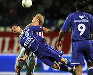 25-10-2008 Voetbal:Willem II: De Graafschap:Tilburg<br /> Leon Hese is eerder bij de bal dan Frank Demouge<br /> Foto: Geert van Erven