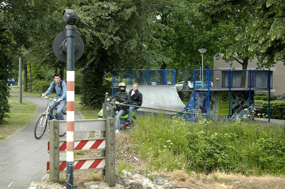 Nederland, Den Bosch, 20040525.Rosmalen station. Vlakbij de spoorweg overgang bij station Rosmalen is een skateplek.  Daardoor wordt ook het station en het spoor een hangplek voor de jongeren..veiligheid.