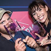 NLD/Amsterdam/20190613 - Inloop uitreiking De Beste Social Awards 2019, Thom Hoffman en Gwen van Poorten en hun prijzen
