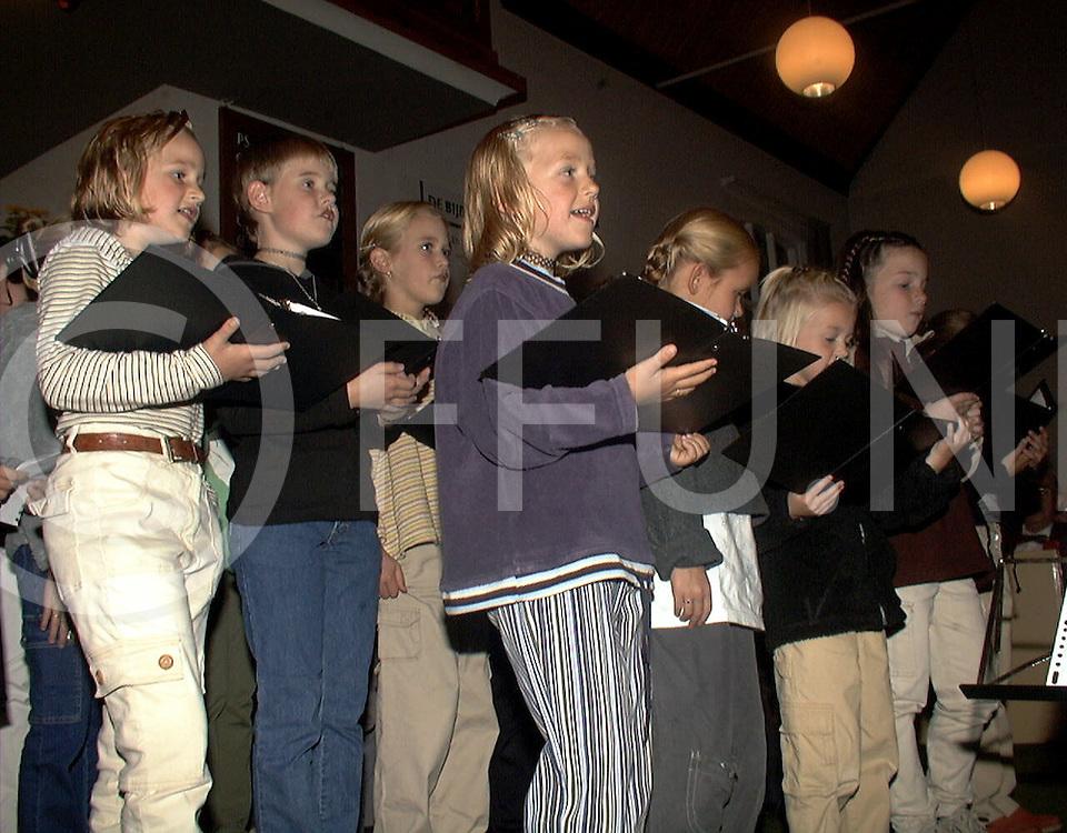 Fotografie Uijlenbroek©1999/michiel van de velde.991002 balkbrug ned.gereformeerde kerk korenavond in de kerk