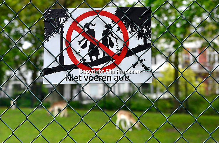 Nederland, Nijmegen, 5-5-2017De dieren in het Kronenburgerpark worden steeds vaker ziek vanwege verkeerd voedsel wat door bezoekers gegeven wordt. Sinds kort hangen nieuwe bordjes aan het hek met het verzoek niet meer te voeren in het belang van de gezondheid van de dieren.Foto: Flip Franssen