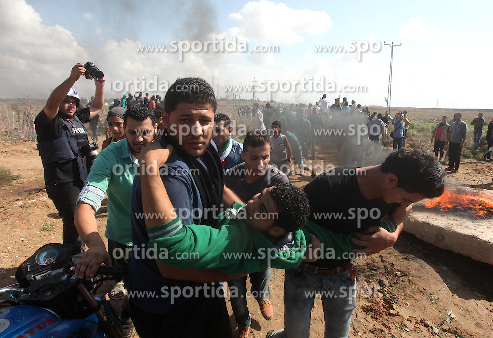 09.10.2015, Gaza city, PSE, Gewalt zwischen Pal&auml;stinensern und Israelis, im Bild Zusammenst&ouml;sse zwischen Pal&auml;stinensischen Demonstranten und Israelischen Sicherheitskr&auml;fte // A Palestinian protester is evacuated by comrades after being injured during clashes with Israeli security forces near the border fence between Israel and the Gaza Strip on October 9, 2015 east of Gaza City. Tension and protests rose after an Israeli man on 09 October stabbed four Palestinians in southern Israel, in what is being seen as a revenge attack, officials said. On 08 October several violent incidents happened, including stabbings which left eight Israelis injured, one Palestinian was killed in East Jerusalem and six in the Gaza Strip in clashes with the army while at least six were injured on the West Bank, Palestine on 2015/10/09. EXPA Pictures &copy; 2015, PhotoCredit: EXPA/ APAimages/ Ashraf Amra<br /> <br /> *****ATTENTION - for AUT, GER, SUI, ITA, POL, CRO, SRB only*****