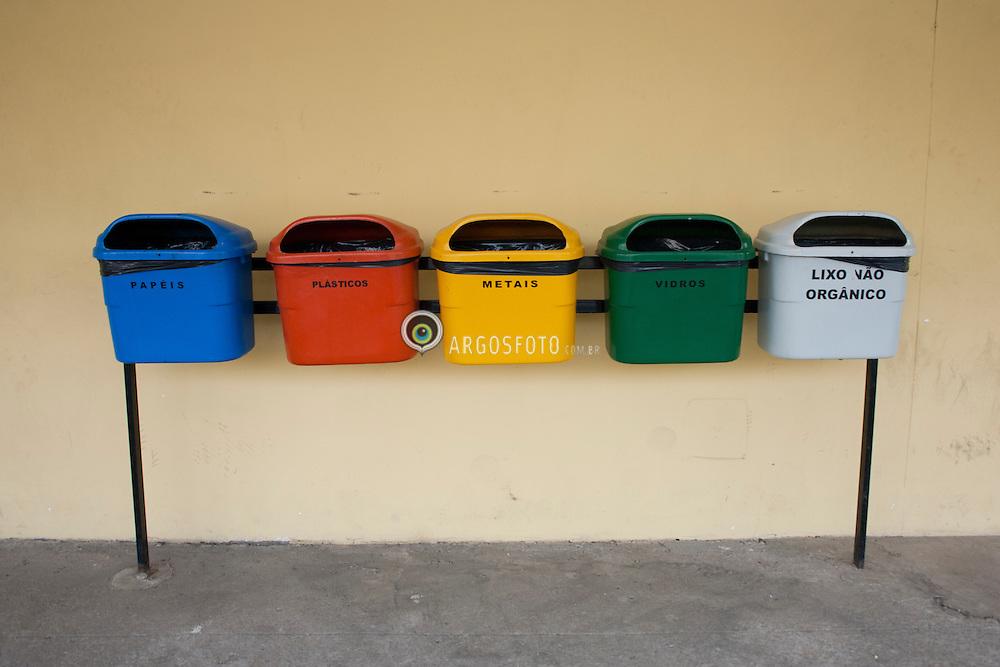 Latas de lixo reciclavel no Parque do Povo./ Recycling trash bins at People's Park.