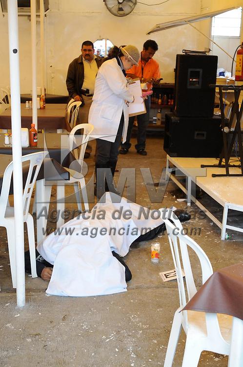 TULTITLAN, Mex.- Dos polic&iacute;as y un civil muertos fueron el saldo de un enfrentamiento entre sicarios y elementos de la ASE, la balacera comenz&oacute; en Coacalco y termin&oacute; en Tultitl&aacute;n, donde los pistoleros se atrincheraron en un restaurante de mariscos, al lugar acudieron elementos de la Polic&iacute;a Federal y el Ej&eacute;rcito Mexicano, quienes mantienen el lugar resguardado y contin&uacute;an la b&uacute;squeda de mas agresores quienes se presume tiene rehenes en su poder. Agencia MVT / Juan Garc&iacute;a. (DIGITAL)<br /> <br /> NO ARCHIVAR - NO ARCHIVE