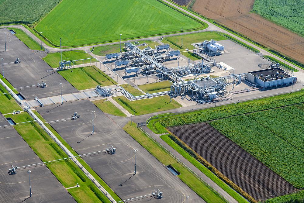 Nederland, Groningen, Slochteren, 27-08-2013; aardgaswinningsinstallatie met boorputten en pompstation. Froombosch, ten zuidwesten van het dorp Slochteren. In de omgeving van Slochteren is in 1959 het Groningen-gasveld ontdekt.<br /> Natural gas plant with wells and pumping station, southwest of the village Slochteren. In this area the Groningen gas field was discovered in 1959.<br /> luchtfoto (toeslag op standaard tarieven);<br /> aerial photo (additional fee required);<br /> copyright foto/photo Siebe Swart.