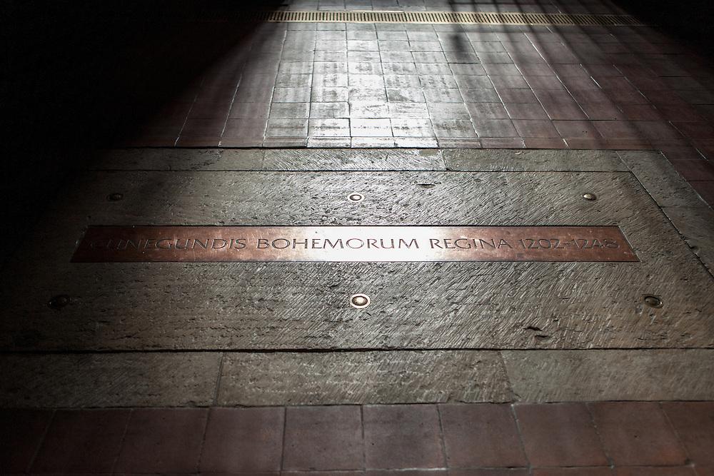 """Gedenkstein im Anezsky Klaster in der """"U Milosrdnych Strasse 17""""."""