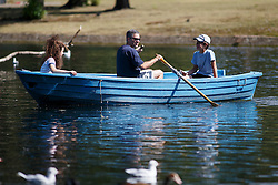 © Licensed to London News Pictures. 15/08/2016. London, UK. A family enjoys hot weather on a boat in Regent's Park in London on Monday, 15 August 2016. Photo credit: Tolga Akmen/LNP