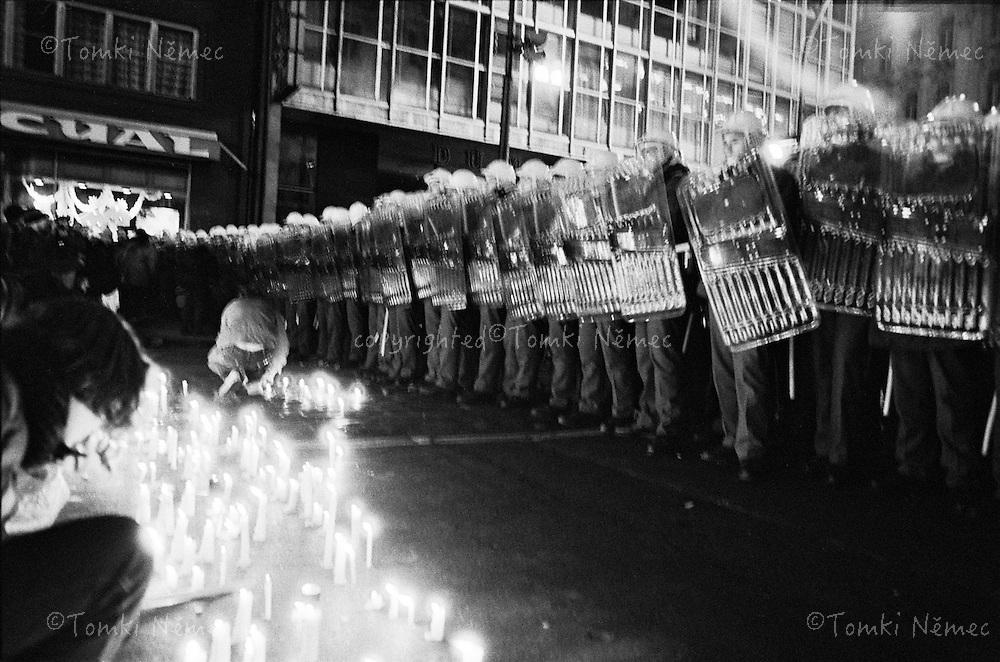 CESKOSLOVENSKO 80s - Ceskoslovenska socialisticka republika<br /> Narodni trida v Praze  17.listopadu 1989.Demonstarce, prevazne mladych lidi, odstartovala pad komunistickeho rezimu v Ceskoslovensku. Komunisticka policie se svymi pohotovostnimi pluky a STB  brutalne  rozehnala pokojnou demonstraci. Proti neozbrojenym a neagresivnim demonstrantum byla nasazena specialni protiteroristicka jednotka - URNA.