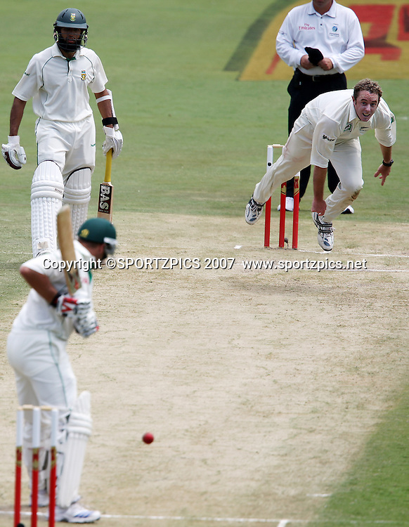 Iain O'Brien bowling to Jacques Kallis. South Africa v New Zealand. International cricket 2nd Test. at Centurion Stadium, Pretoria, South Africa. Saturday 17 November 2007. Photo: Barry Aldworth/SPORTZPICS/PHOTOSPORT