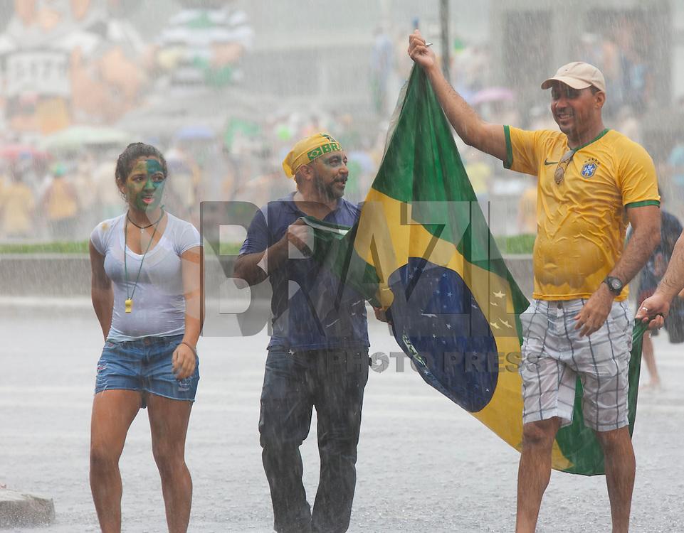 BELO HORIZONTE, MG, 13.03.2016 - PROTESTO-DILMA - Manifestantes contrários ao governo Dilma Rousseff durante ato pelo impeachment da presidente, na Praça da Liberdade, em Belo Horizonte (MG), neste domingo. (Foto: Sergio Falci/Brazil Photo Press)