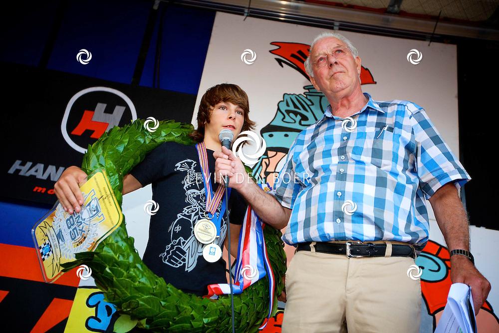 AMMERZODEN - Op het Kerkplein is motorcrosser Davy Pootjes gehuldigd omdat hij Europees Kampioen is geworden.  Met op de foto Peter van Harsel met kleinzoon Davy Pootjes. FOTO LEVIN DEN BOER - PERSFOTO.NU