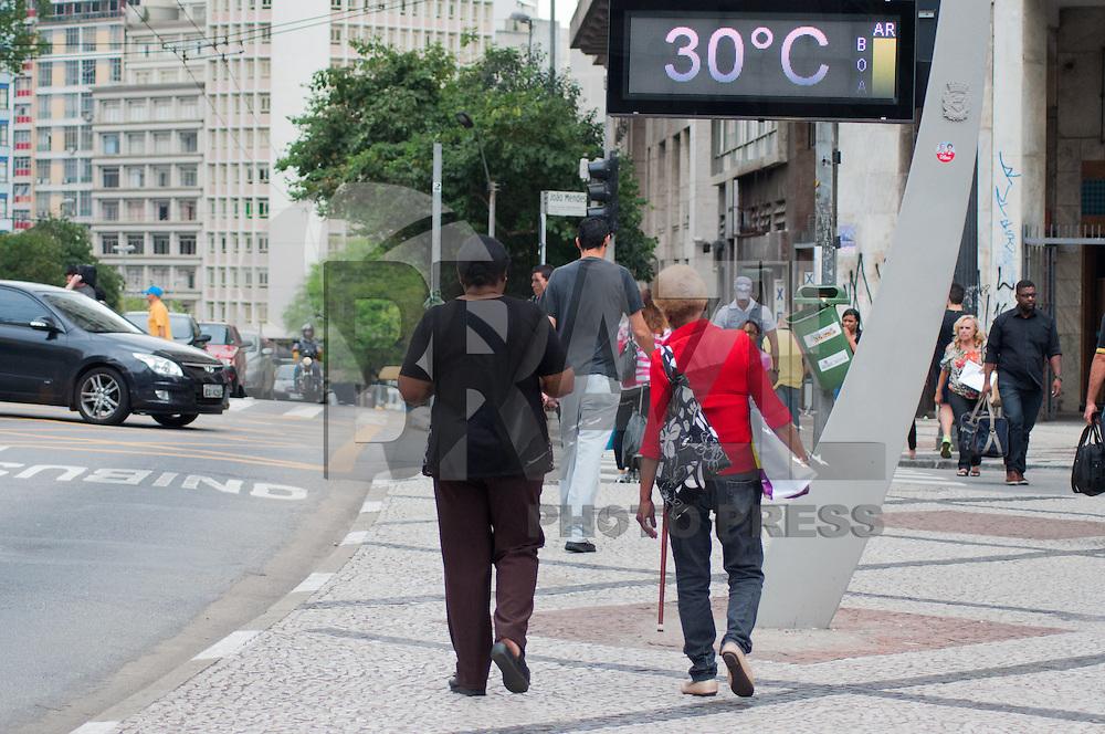 SÃO PAULO-SP-30,09,2014-CLIMA TEMPO- Os paulistanos enfrentam altas temperaturas nessa tarde com média de 29°.Nessa Terça-Feira,30. Região Central da cidade de São Paulo,na tarde dessa Terça-Feira,30(Foto:Kevin David/Brazil Photo Press)