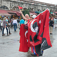Turkey. Istambul. street sellers and urban life in front of Yeni Cami Mosque, eminonu area.