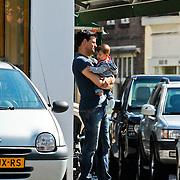 NLD/Laren/20100803 - Wilfred Genee winkelend met partner Lili Pirayesh en dochter Feline