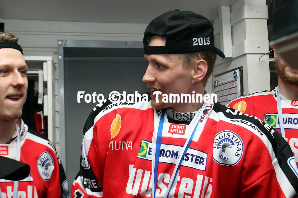 24.4.2013, Isometsän jäähalli, Pori..Jääkiekon SM-liiga 2012-13. Playoffsit, 6. loppuottelu, Ässät - Tappara.Veli-Matti Savinainen (Ässät) kultamitali kaulassa.