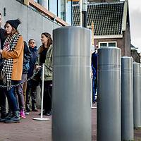 Nederland, Amsterdam, 27 oktober 2017.<br /> Verkeersveiligheidspalen ter bescherming van bezoekers van het Anne Frankhuis aan de Prinsengracht<br /> Foto: Jean-Pierre Jans<br /> <br /> The Netherlands, Amsterdam, October 27, 2017.<br /> Traffic and anti terrorism safety poles for the protection of visitors of the Anne Frank House at the Prinsengracht.<br /> Photo: Jean-Pierre Jans