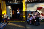 FEIRA DA KANTUTA - A imigrante boliviana Elvira Borda, de 48 anos (em pé) com suas filhas Luz Abril, 9 anos e Stefani de 4 anos na barraca de refrescos da amiga Giovana Hillary, 28 anos, na feira boliviana da praça Kantuka, em São Paulo. Elvira está há 11 anos no Brasil, deixou Cochabamba em busca de melhores condições de vida. Em São Paulo trabalha como cozinheira. Suas filhas são brasileiras. 26/06/2016