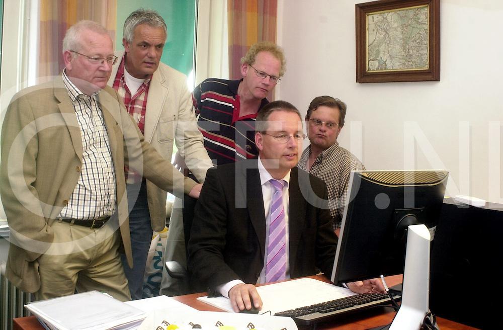 060508, hardenberg, ned,<br /> Presentatie website Openbaar Onderwijs in Hardenberg wat in gebruik werd genomen door wethouder Janssen, Foto v.l.n.r. <br /> fotografie frank uijlenbroek&copy;2006 michiel van de velde