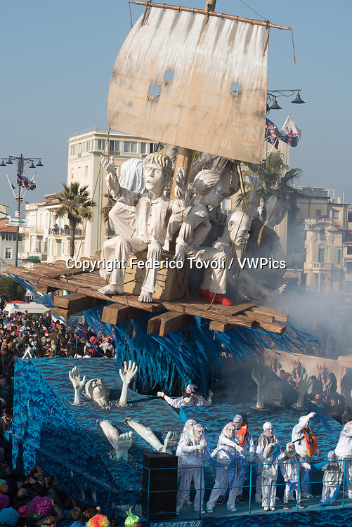"""During the parade on the waterfront socallled """"paseggiata"""". Allegorical carriages. Extras on the carriages"""