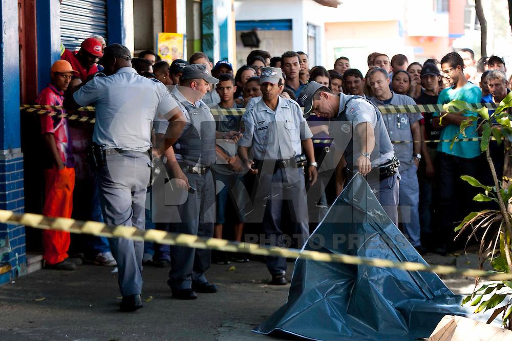 S&atilde;o Paulo, SP , 16 DE AGOSTO DE 2011. ASSASSINATO NA VILA ANASTACIO. Um homem foi assassinado na manh&atilde; desta ter&ccedil;a-feira (16) na rua Cnso Ribas, Vila Anast&aacute;cio, regi&atilde;o da Lapa, Zona Oeste de S&atilde;o Paulo. A Ocorrencia ser&aacute; registrada no 91DP. Segundo a policia a v&iacute;tima estava dentro do carro quando foi baleada. <br /> Na foto Policiais e populares observam corpo<br /> Foto Vagner Campos /News Free