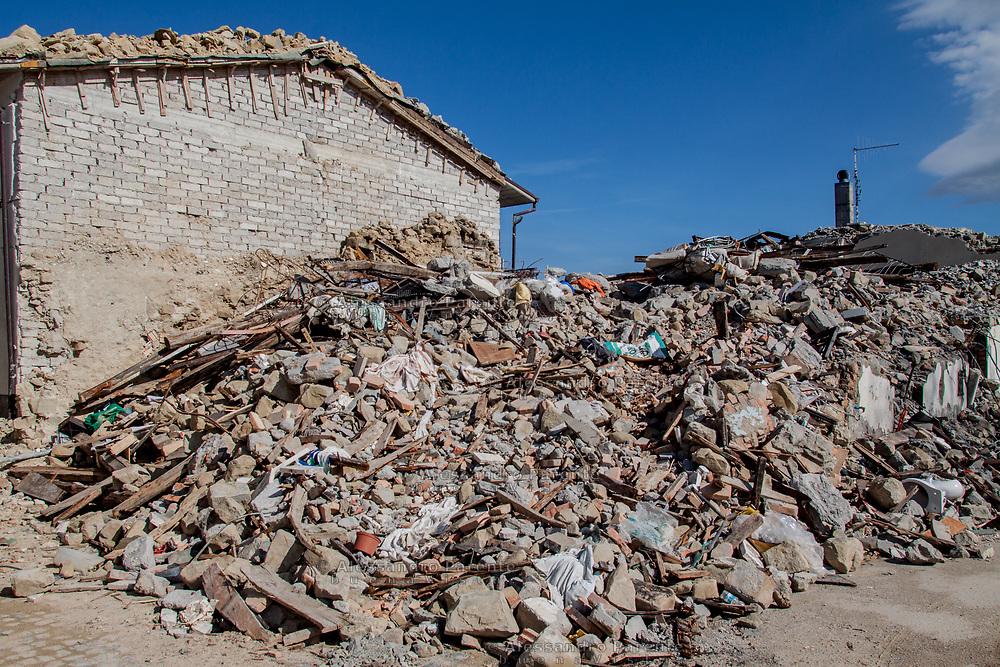 Una casa completamente abbattuta dal sisma a Prato. Sisma 2016 Italia