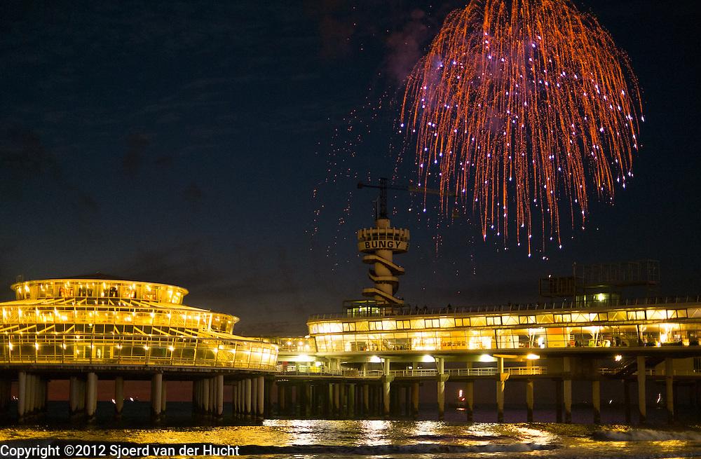 Vuurwerk tijdens het vuurwerkfestival in Scheveningen, Den Haag - Fireworks during fireworksfestival in Scheveningen, The Hague, Netherlands